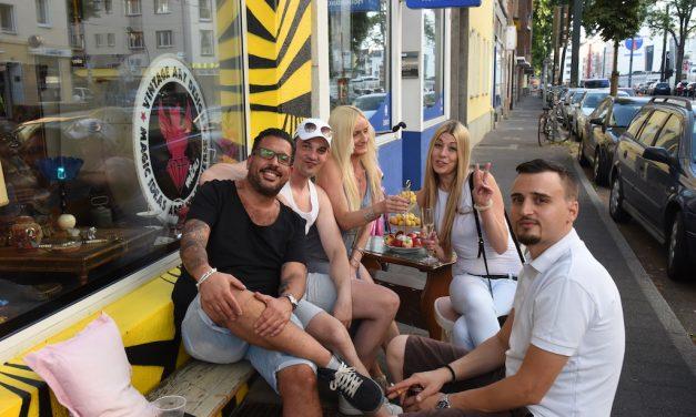 Düsseldorfer genießen den Sommer
