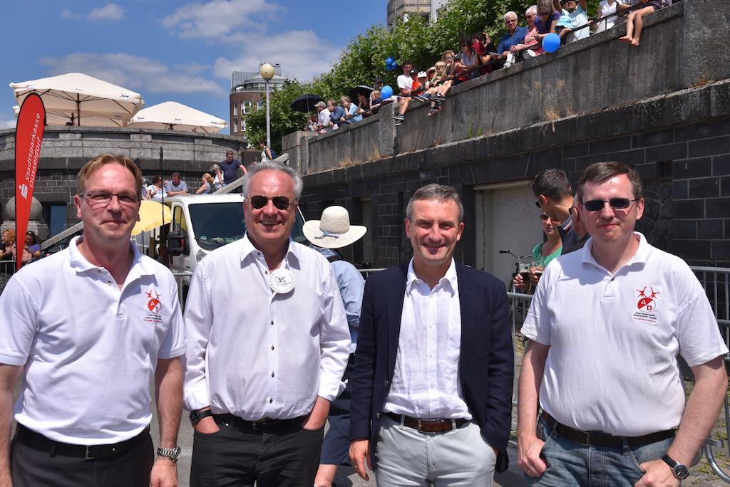 OB Thomas Geisel mit Organisatoren Foto: LOKALBÜRO