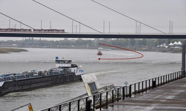 Feuerwehrlöschboot füllt den Rhein mit Wasser auf