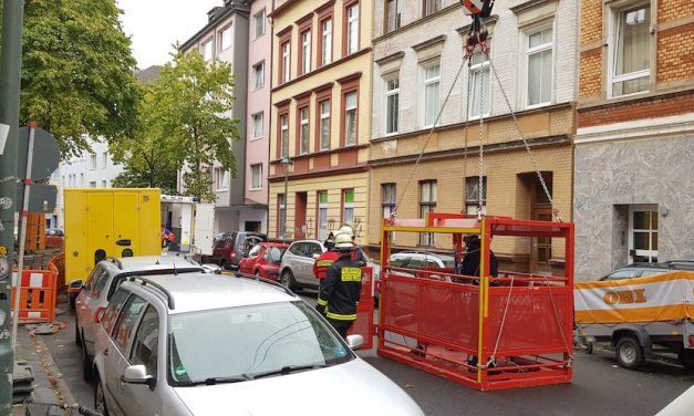 Feuerwehrkran und Höhenretter unterstützen Rettungsdienst
