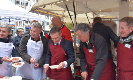 Düsseldorfer Jonges kochen für Bedürftige