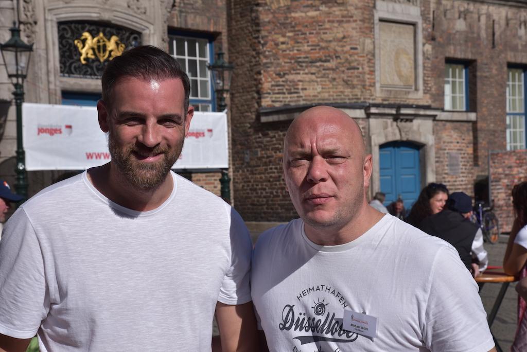Christof Metzelder und Tischbaas Michael Brühl Foto: LOKALBÜRO