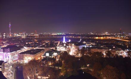 Glühwein über den Dächern von Düsseldorf
