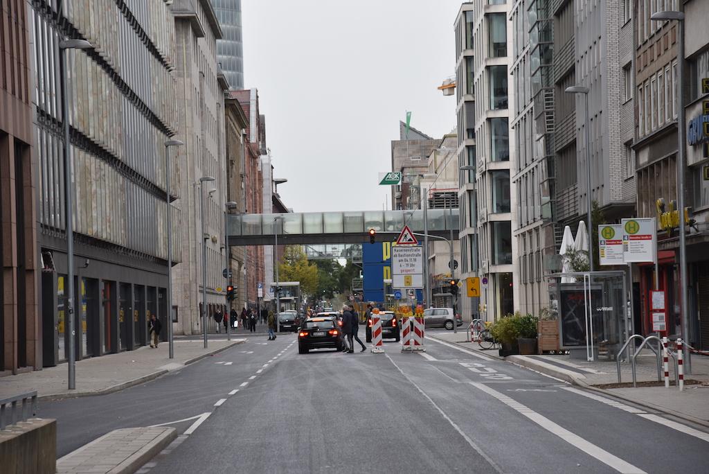Commerzbankbrücke im Hintergrund die Walzstahlhaus Brücke Foto: LOKALBÜRO