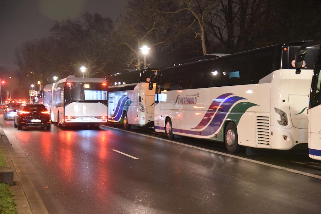 Busse auf der Haltespur der Rheinbahn Foto: LOKALBÜRO
