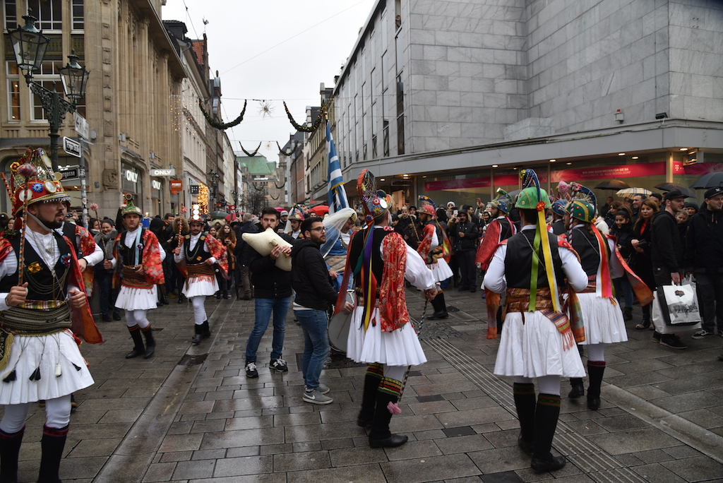 Der Brauch Momo'eria in der Altstadt Foto: LOKALBÜRO