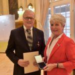 Regierungspräsidentin Radermacher überreicht Heribert Klein das Verdienstkreuz 1. Klasse