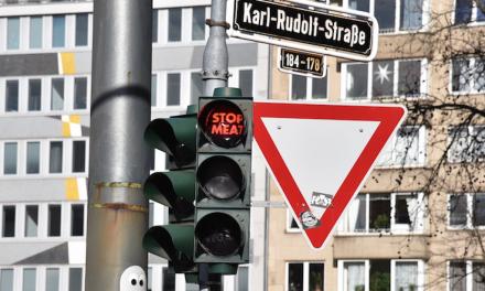 Mehrere Ampelgläser in Düsseldorf überklebt