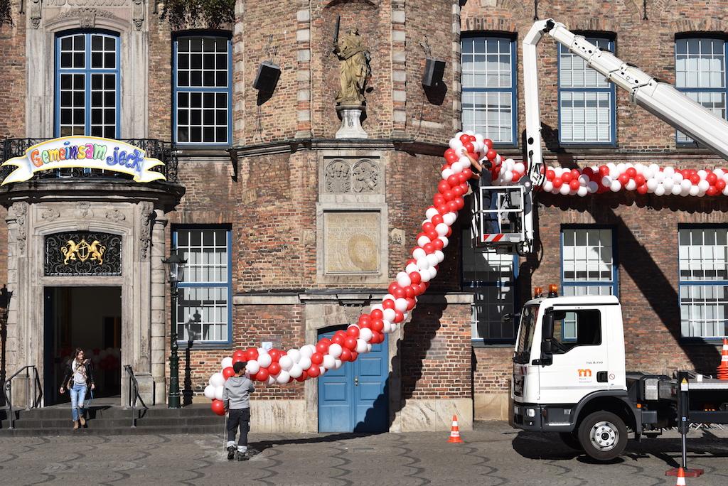 Luftballonsdeko am Rathaus Foto: LOAKLBÜRO