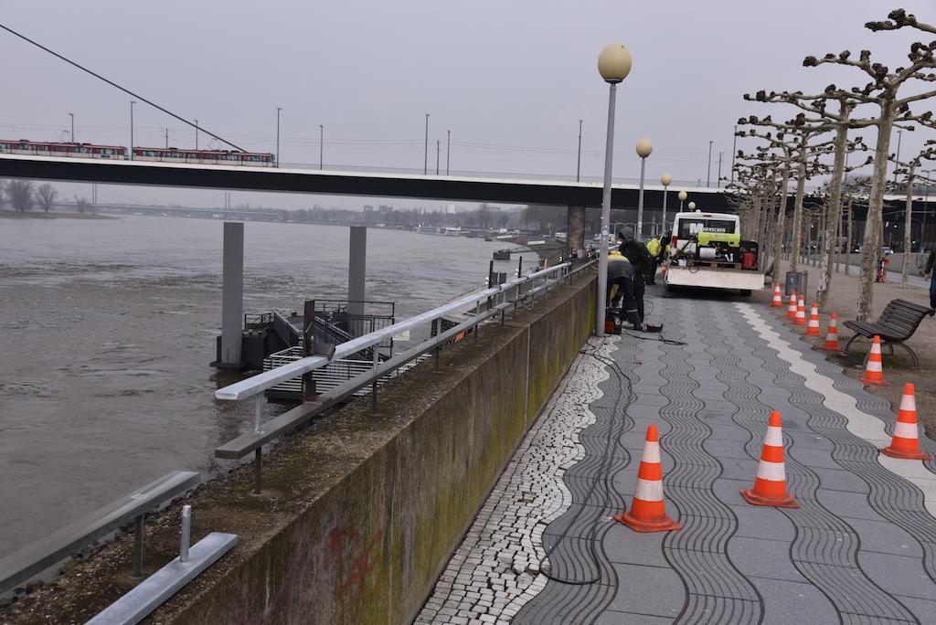 Neue Brüstung an der Rheinpromenade Foto; LOKALBÜRO