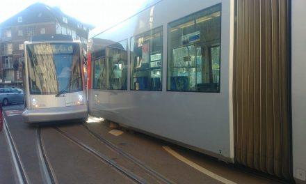 Zwei Straßenbahnen stoßen zusammen