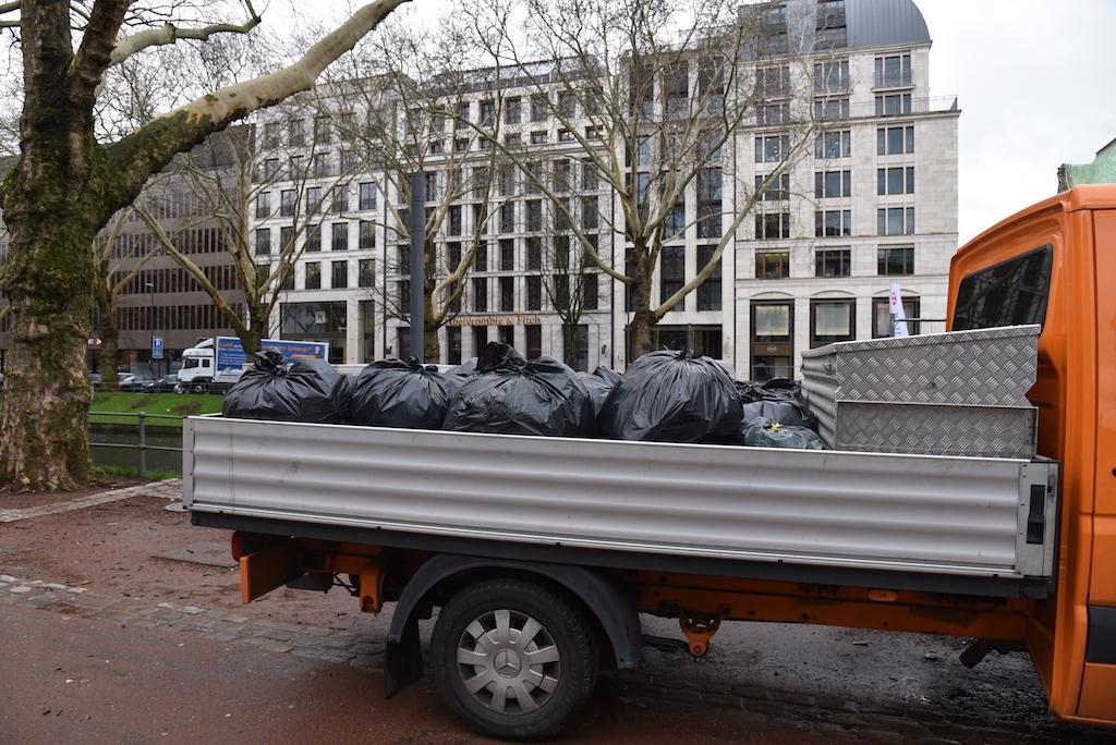 Zwei Kleinlaster voll Müll Foto: LOKALBÜRO