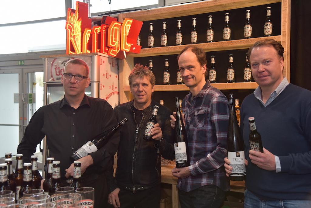 Dr. Martin Tesch vom Weingut Tesch, Andy und Breiti von den Toten Hosen sowie Uerige Baas Michael Schnitzler Foto: LOKALBÜRO