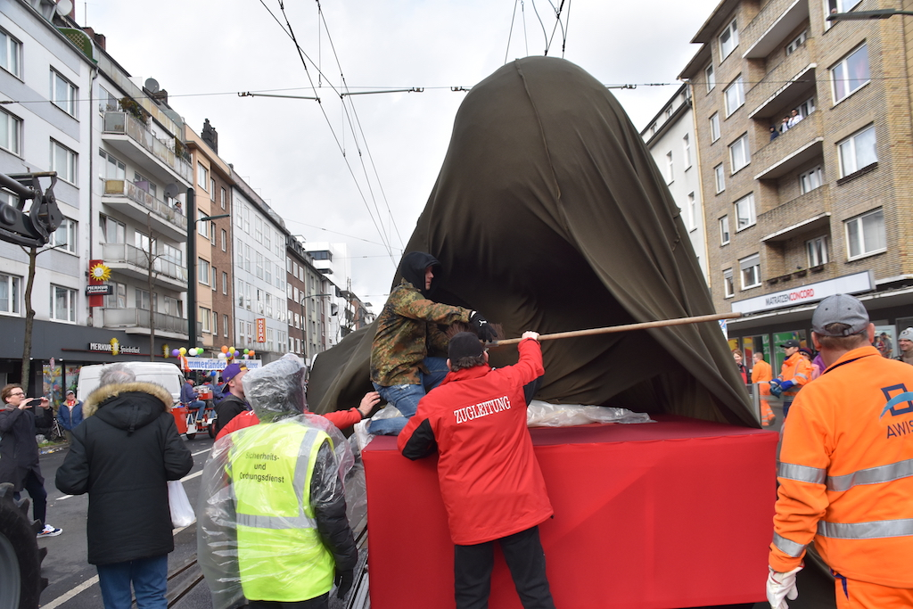 Der bis zum Schluss verhüllte Wagen Foto: LOKALBÜRO