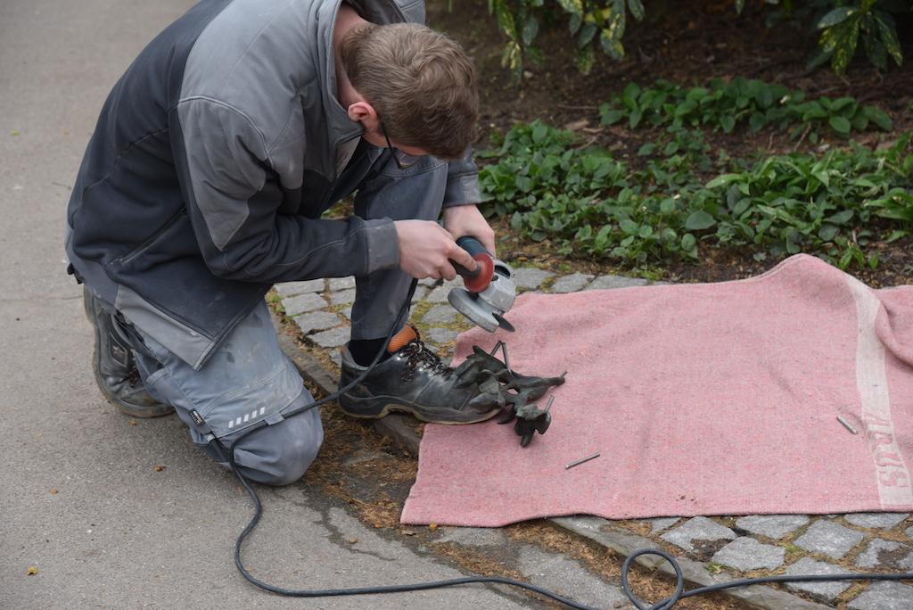 Bearbeiten der Schrauben Foto: LOKALBÜRO