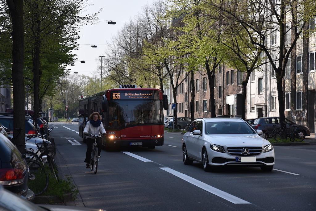 Busse weichen Radfahrer aus Foto: LOKALBÜRO