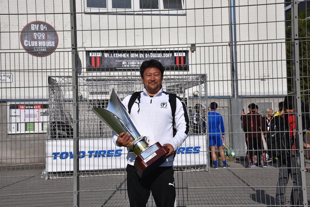 Ryuzo Asaoka mit dem Pokal Foto: LOKALBÜRO