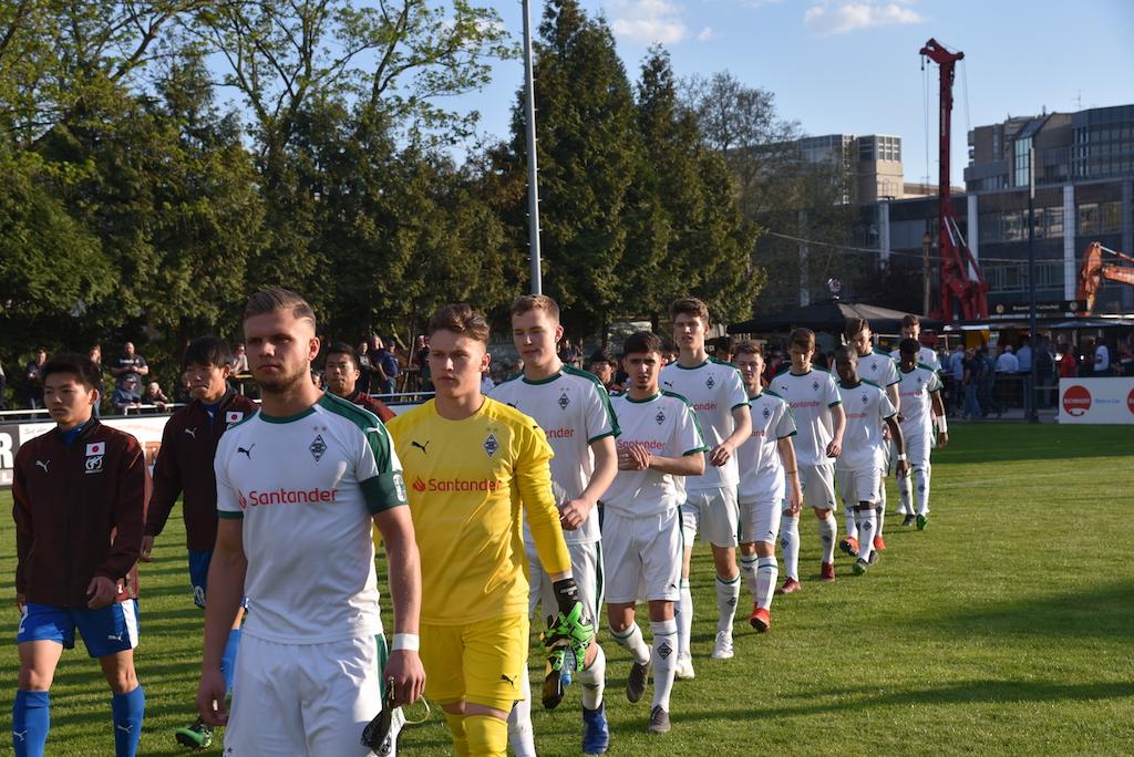 einlauf der Mannschaften Foto: LOKALBÜRO
