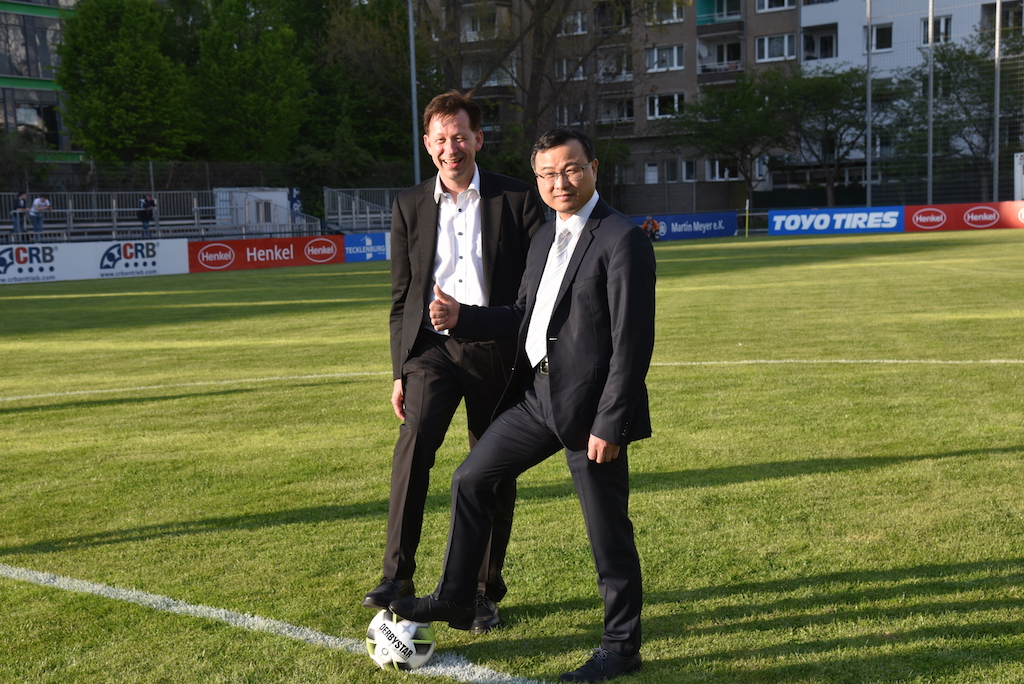 Stadtdirektor Burkhard Hintzsche und Liuzhao Cai Inhaber vom Hauptsponsor CRB Foto: LOKALBÜRO