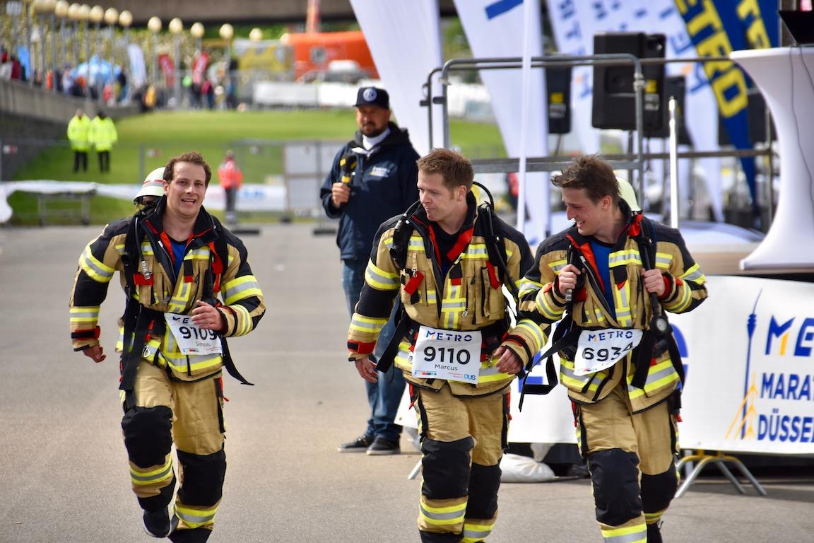 Eintreffen im Ziel Feuerwehr Flughafen Foto: LOKALBÜRO