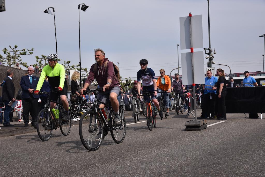 Radfahrer die den Tunnel befahren Foto: LOKALBÜRO