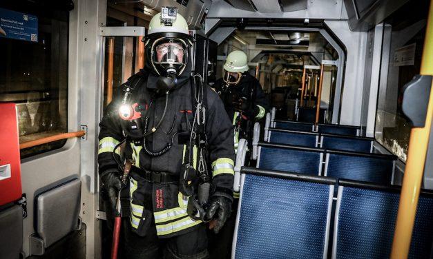 Feuerwehr Düsseldorf übt die Brandbekämpfung in der U-Bahn