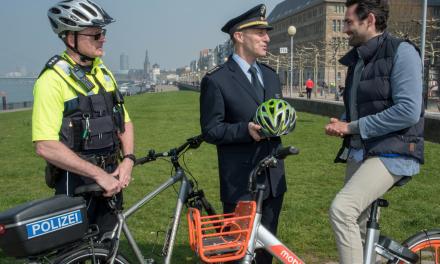 Düsseldorfer Polizei informiert — Beamte werben für Sicherheit