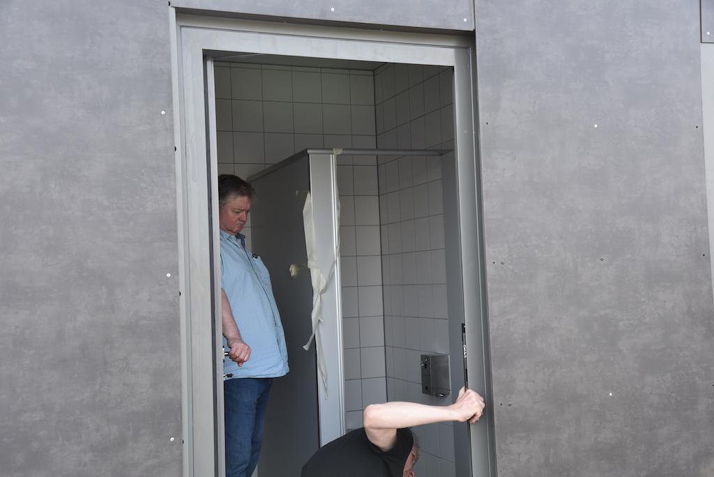 Ausrichten des Containers Foto: LOKALBÜRO