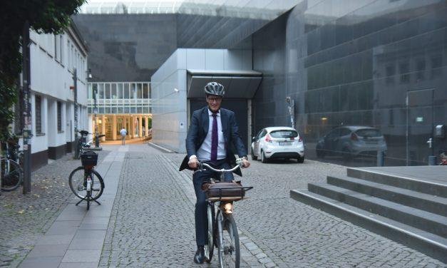 Minister kam mit dem Fahrrad zum Henkelsaal