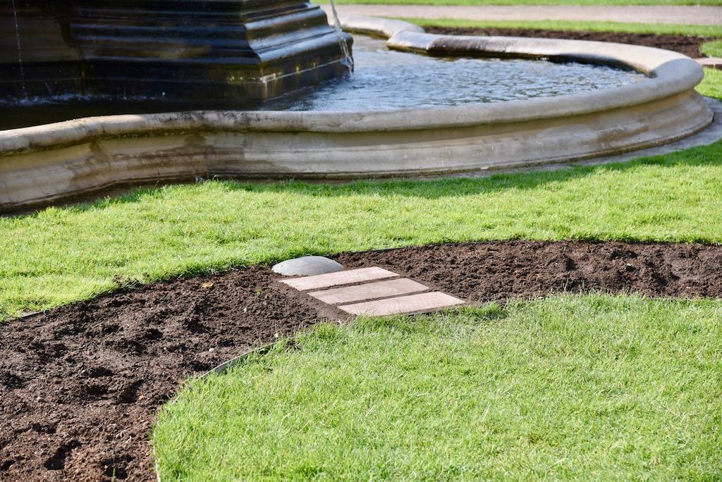 Vier kleine Trittwege an den Brunnen wurden eingebaut Foto: LOKALBÜRO