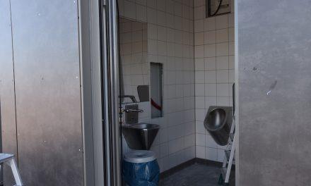 Umfangreiche Reparaturarbeiten an der neuen Toilette am Burgplatz
