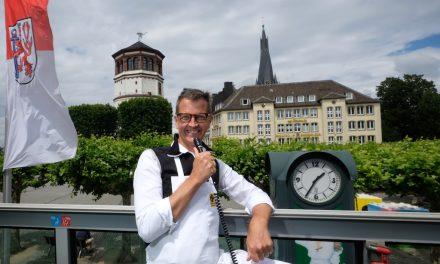 """Josef Hinkel präsentierte """"sein"""" Düsseldorf im Doppeldecker-Bus"""