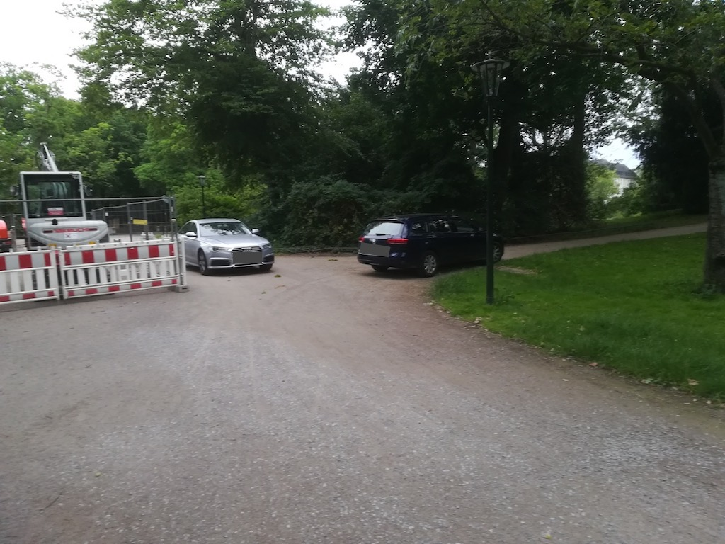 Parkende Autos der Ermittler am Samstagmorgen in der Nähe des Tatorts. Foto: LOKALBÜRO
