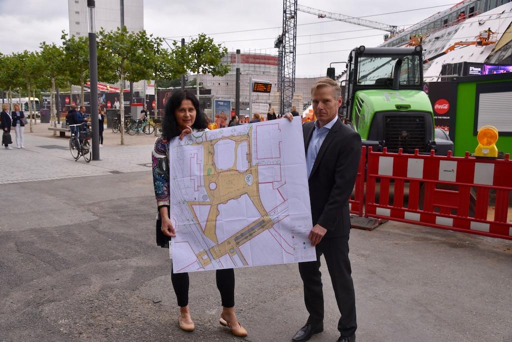 Verkehrsdezernentin Cornelia Zuschke und Andreas Weise, Projektleiter Kö-Bogen, informieren über den Baufortschritt Foto: LOKALBÜRO