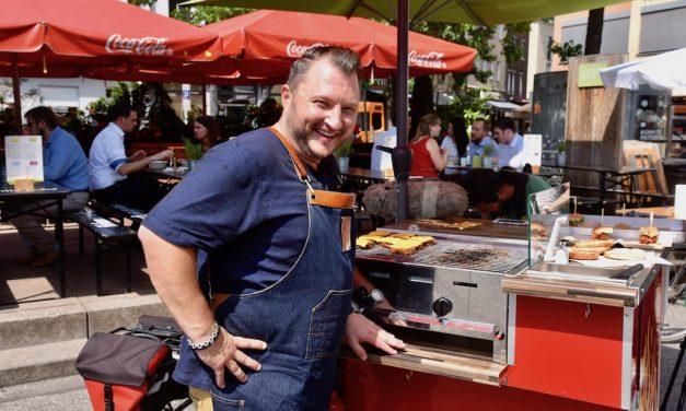 Fernsehkoch Sebastian Lege läßt Burger kosten