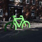 Erste Fahrradständer montiert