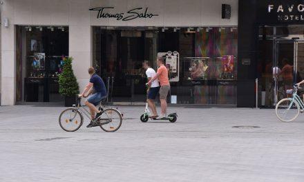 Stadt will E‑Scooter-Verleiher stärker in die Pflicht nehmen