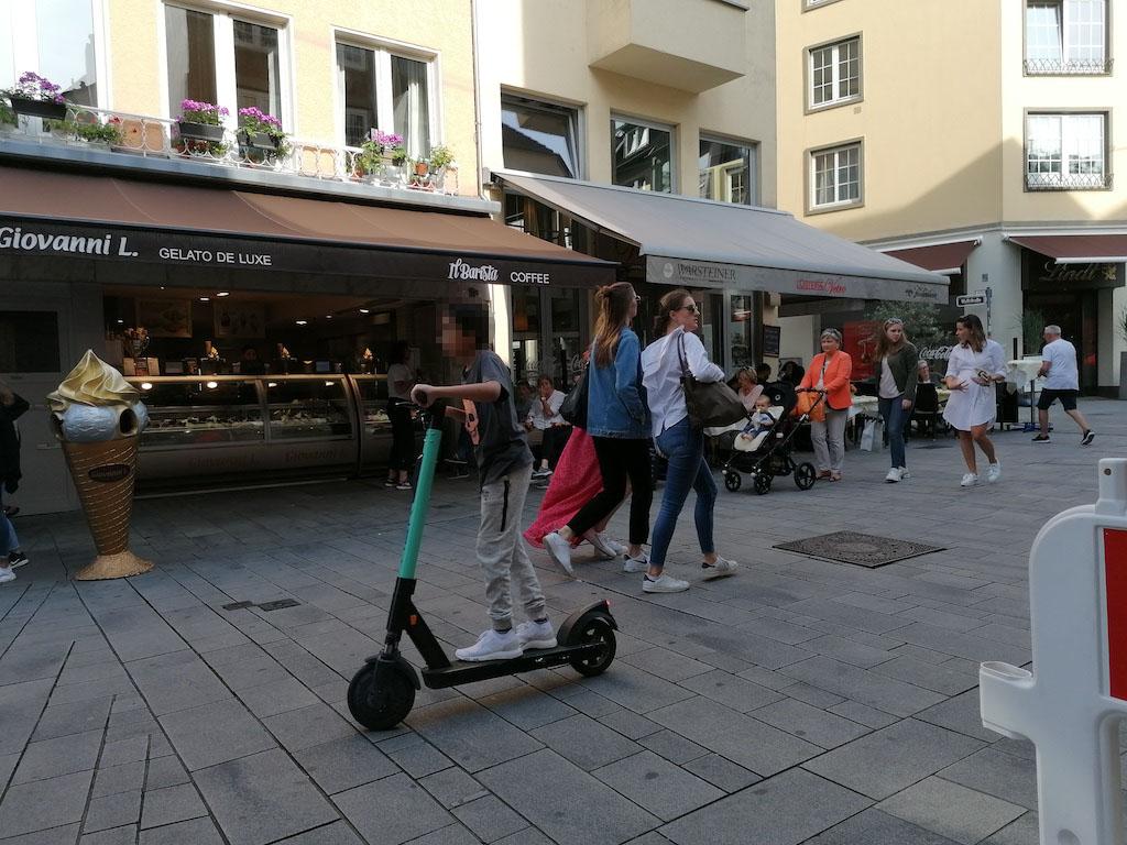 Jungendlich in der Fußgängerzone Foto: LOKALBÜRP