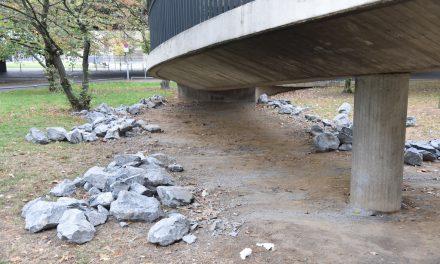 Steine unter Rheinkniebrück wurden von Unbekannten entfernt