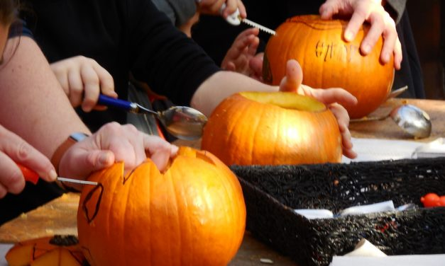 Halloween-Aktion mit Kürbisschnitzen am Hofladen Südpark