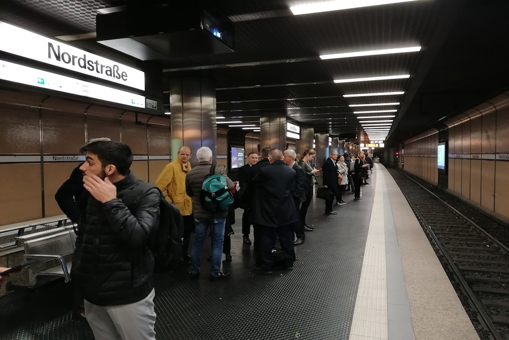 Warten an der Nordstraße auf die U-Bahn bis zu 20 Min. Foto: LOKALBÜRO