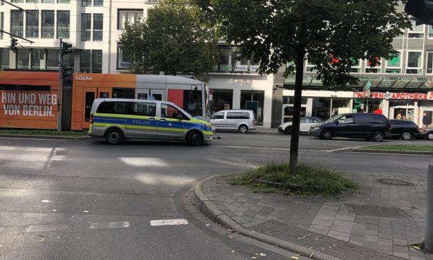 Polizeiwagen und Straßenbahn stoßen zusammen