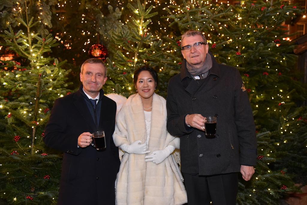 Oberbürgermeister Thomas Geisel, Weihnachtsengel Felicia Chin-Malenski  und Frank Schrader Foto: LOKALBÜRO
