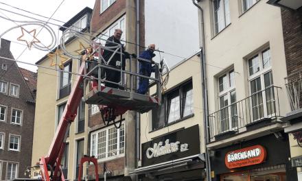 Weihnachtsbeleuchtung in der Altstadt montiert