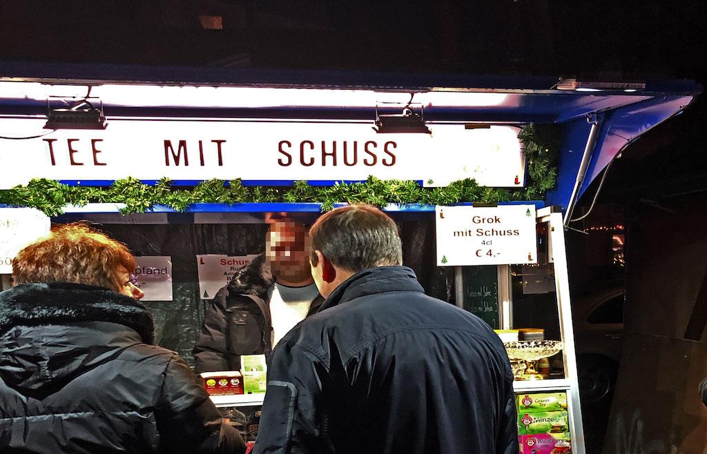 Öffentliche Rechtschreibschwäche - neben teuren Grillspießen auch auf dem Gerresheimer Weihnachtsmarkt zu finden Foto: LOKALBÜRO