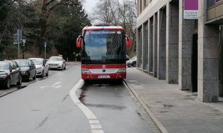 Fortuna Mannschaftsbus parkt auf Radweg