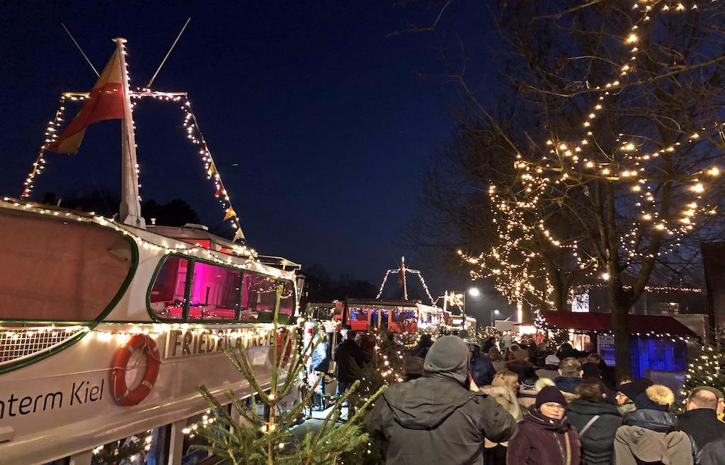Hübsch geschmückt und sehr romantisch: Die Mülheimer Schiffsweihnacht an der Ruhschleuse Foto: LOKALBÜRO
