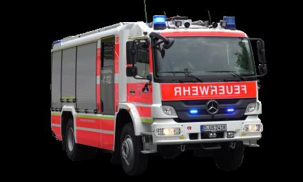 Feuerwehr Düsseldorf löscht brennendes Hybridfahrzeug