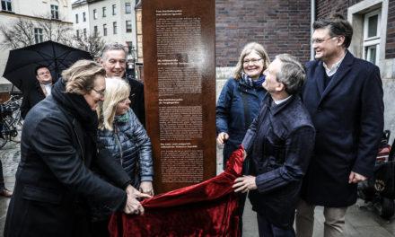 Eine illuminierte Stele erinnert nun an die Historie des ehemaligen Justizstandortes