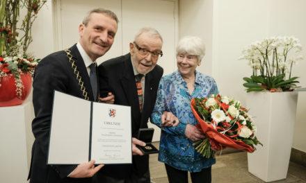 Engelbert Oxenfort mit Verdienstplakette der Landeshauptstadt ausgezeichnet